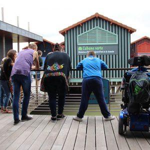 Groupe de personnes handicapées sur le ponton de la Cité de l'Huître