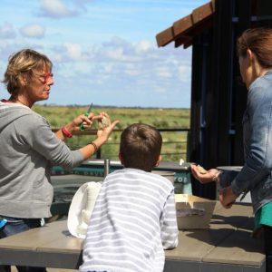 Initiation à l'ouverture des huîtres sur le ponton