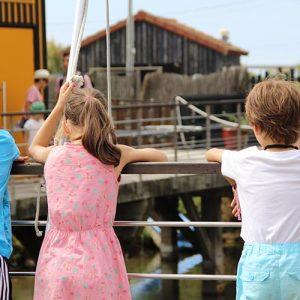 Enfant sur le ponton